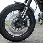 Brake system has Radial Mounting Caliper and 330mm semi floating disc. It is standardly mounted with ABS and is equipped with braking parts commonly mounted to sports bikes.