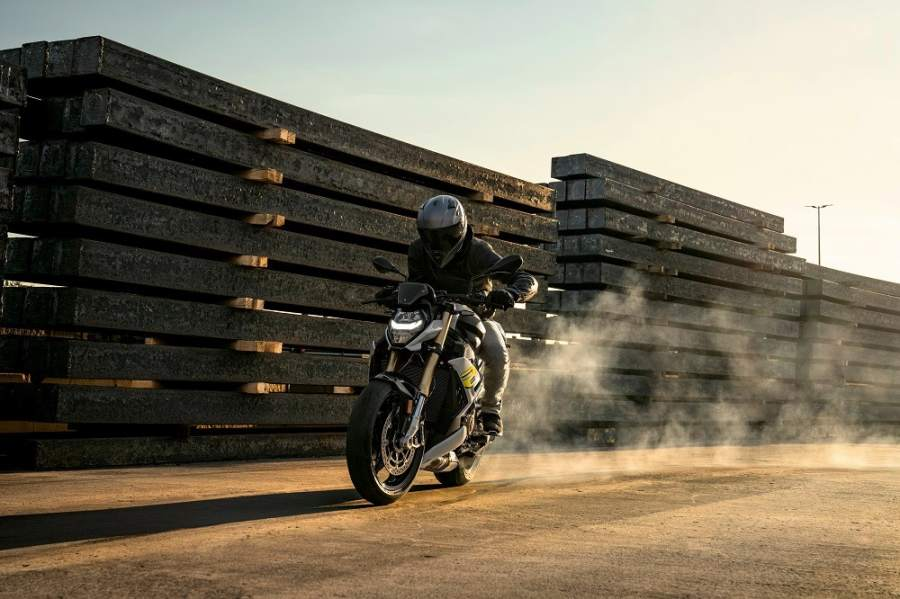 bmw-s1000r-2021-action
