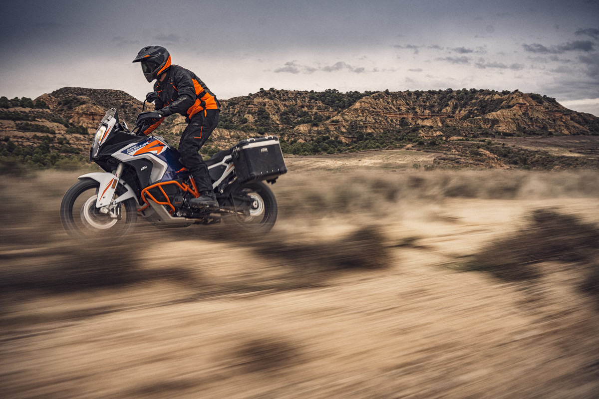 KTM-1290-SUPER-ADVENTURE-R_action-2